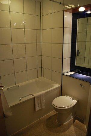 Premier Inn London Southwark (Bankside) Hotel: Bathroom