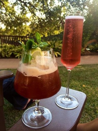 Four Seasons Hotel Austin: Happy Hour out on the lawn - heaven!