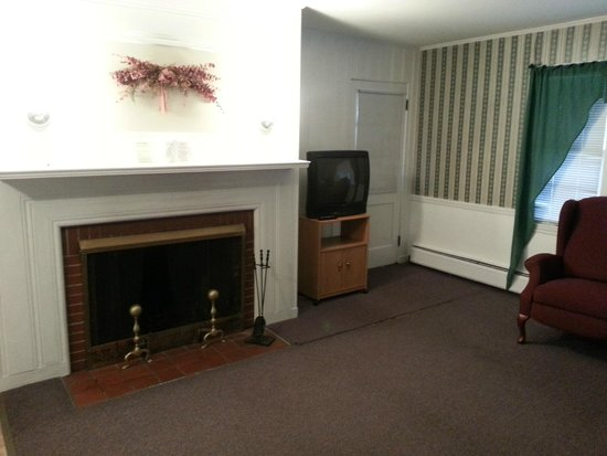 Highland Lake Resort: Fireplace, tv and back door