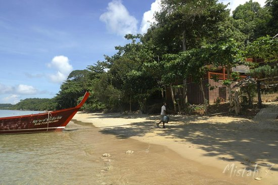 Koh Jum Resort : Beach and their Longtail boat