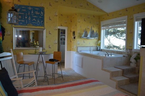 Baywood Shores Bed & Breakfast: Another view of Cape Cod room