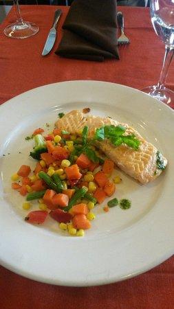 Corchos Bistro y Boutique de vinos: Salmão com legumes