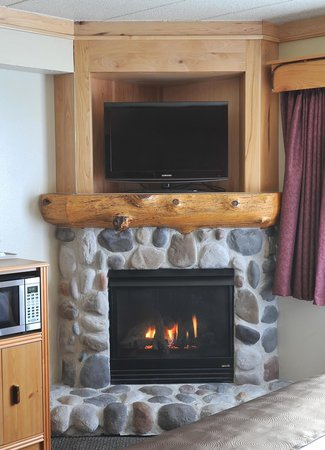 AmericInn Lodge & Suites Oswego : Fire Place in a Suite Room