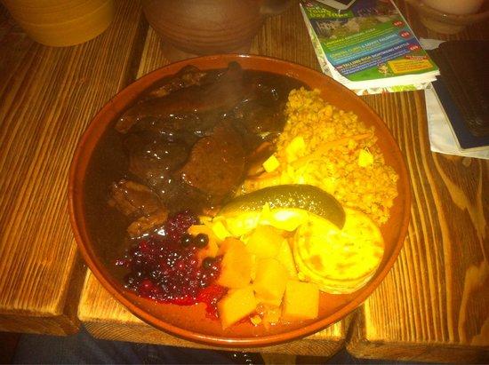 Olde Hansa : Carne de urso, um pouco diferente mas saborosa, vai ficando enjoativa quando vai chegando no fim
