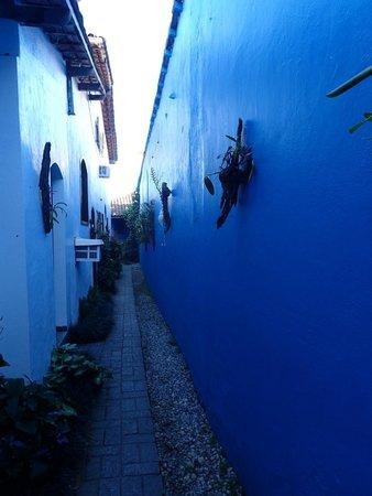 Pousada Tropicana: allée menant aux chambres coté jardin arrière