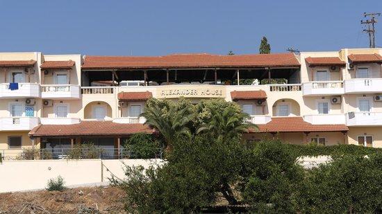 Alexander House Hotel: Один из корпусов с баром
