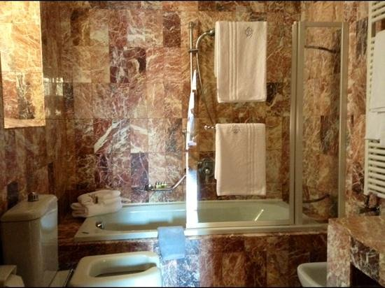Colomba d'Oro Hotel: spacious bathroom with lovely toiletries
