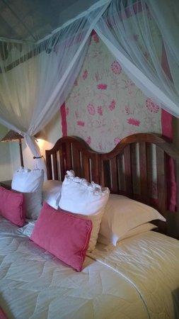 Tanamera Lodge: Schlafbereich mit Kamin