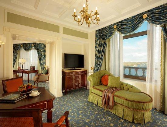 Fairmont Grand Hotel Киев: Dnipro Signature Suite Cabinet