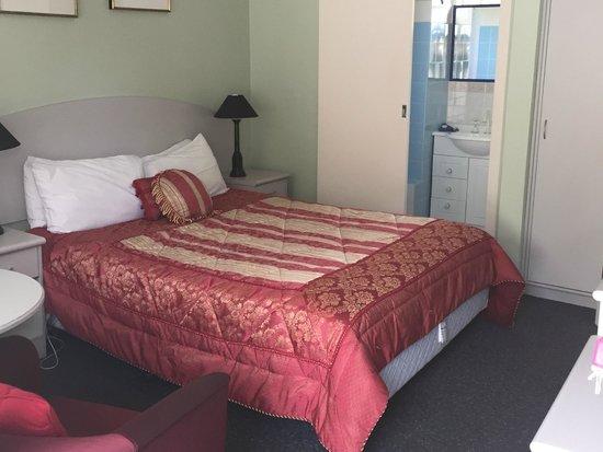 High Mountains Motor Inn: Queen Room