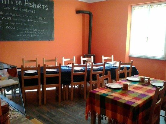 La piccola e colorata sala da pranzo allAzienda Agricola Cascina S ...