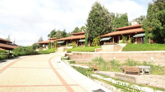 Hotel Pyin Oo Lwin: 敷地内の通路からコテッジを望む