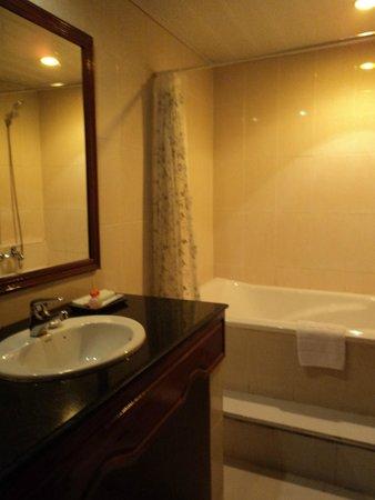Monica Angkor Hotel: Bathroom