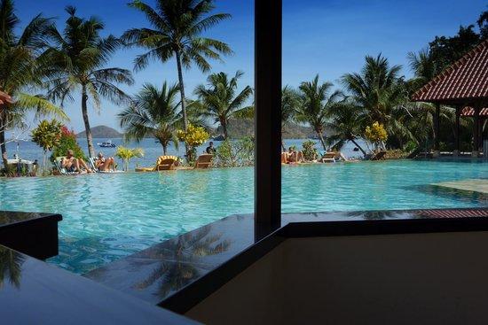 Pemandangan Kolam Renang Dan Pantai Picture Of Laprima Hotel Labuan Bajo Tripadvisor