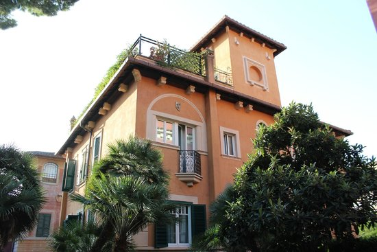 Hotel Aventino: Outside view of hotel.