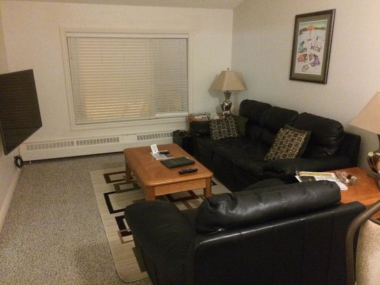Green Row Executive Suites: Living room