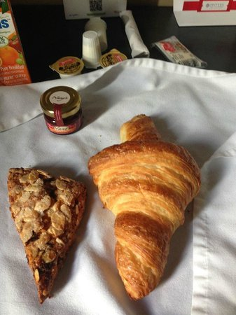 Hotel des Coutellier: Breakfast that was left in a bag by the door....