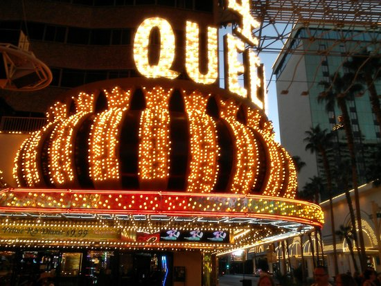 Four Queens Hotel and Casino: Front on Hotel on Fremont Street