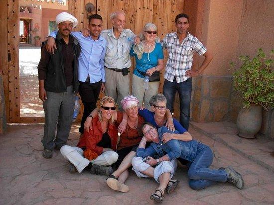 Dar Tougha: De wandelaars, wandelbegeleider en de eigenaar met elkaar op de foto
