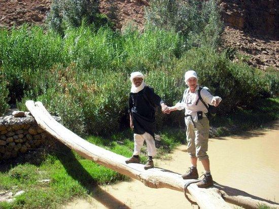 Dar Tougha: Met hulp van de wandelbegeleider lukt de oversteek wel