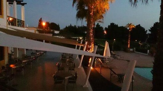 Vale d'El Rei Suite & Villas Hotel: Top of the pool bar in the evening