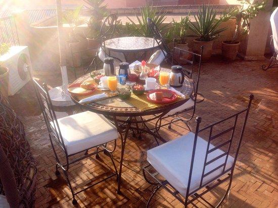 Riad Mur Akush: Breakfast on the roof terrace
