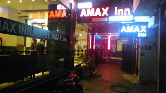 Hotel Amax Inn: Neon lights in early evening