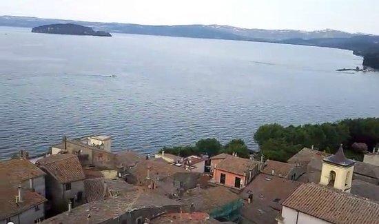 Марта, Италия: VEDUTA DEL LAGO DI MARTA DALLA CIMA DELLA TORRE DELL'OROLOGIO