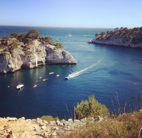 Cassis Hostel: Dont forget to visit le calanque de Port-Miou. Incredible water and just 45 min walk from the ho
