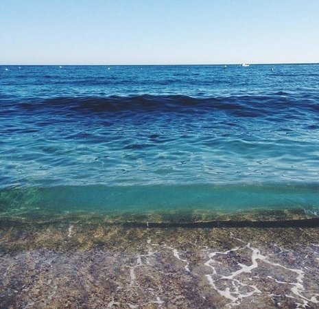 Cassis Hostel: One of the beaches in Cassis. 10 minutes away from the hotel.