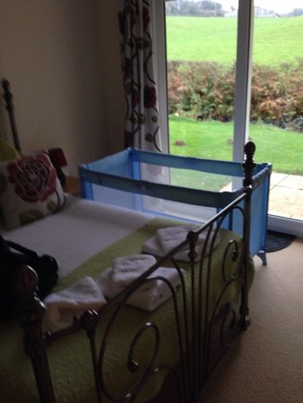 Rosecraddoc Manor: Beautiful bedroom , little touches makes the room feel homely! Seaton bungalow !!