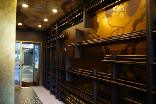 centurion hotel ikebukuro lift lobby on the ground floor with the gold black theme - Black Hotel Decoration
