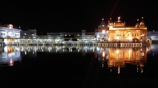 Hotel Sawera Grand: golden temple by night