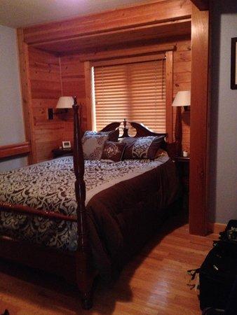 Moss Mountain Inn: Our cozy room