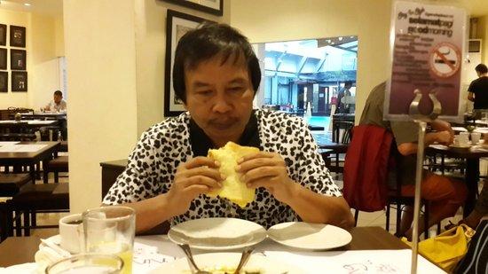 Garuda Plaza Hotel: Menikmati sarapan Pagi...