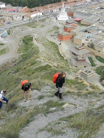Labrang Monastery (Labuleng Si) : Start climb from white stupa - East side