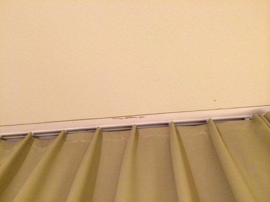 Dusche Decke Schimmel : Decke, der Vorhang verdeckt das Fenster zum Gang! Da es die billigste