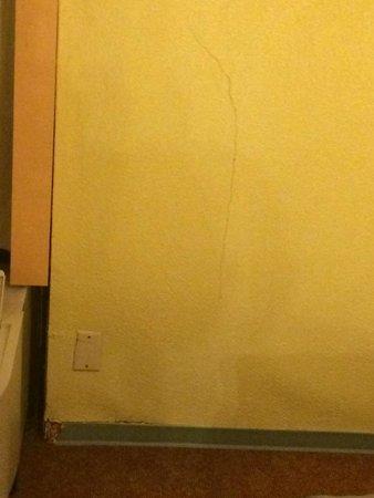 Americas Best Value Inn & Suites - Bush Int'l Airport Wes: Bedroom Crack