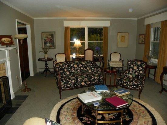 Journey Inn Bed & Breakfast: Formal Living Room