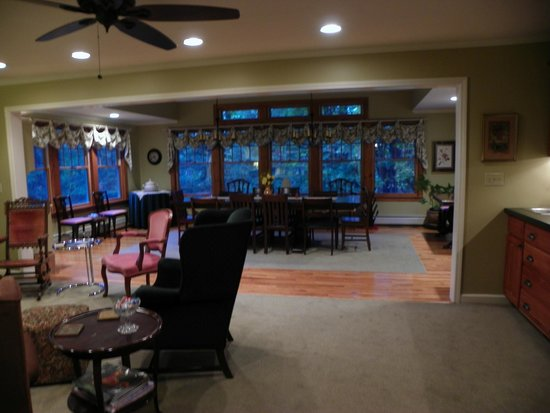 Journey Inn Bed & Breakfast: Dining/Living Room