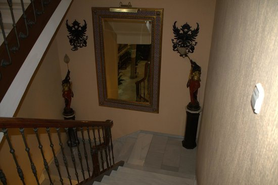 Reina Cristina Hotel: Escalera principal