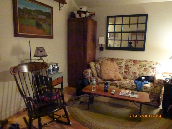 Nye's Green Valley Farm B&B: family room