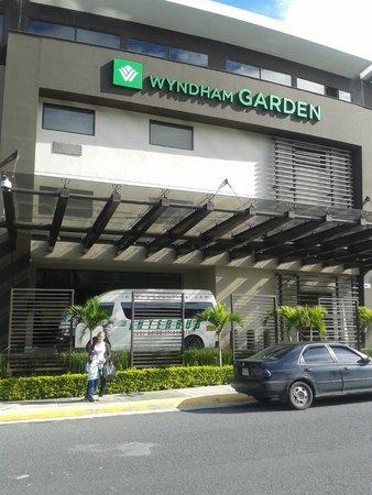 Wyndham Garden San Jose Escazu: La entrada del hotel