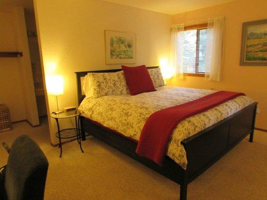 Green Springs Inn: Comfortable king bed