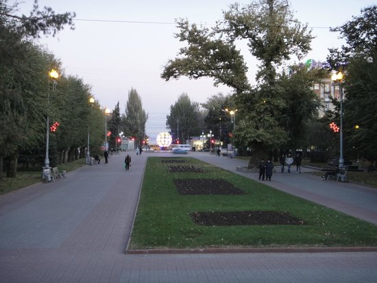 ‪Poplar on the Square of Fallen Fighters‬