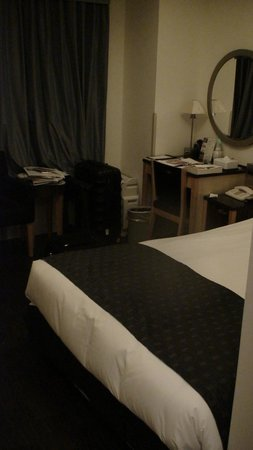 Hotel Monterey Ginza: The single room - bed in foreground desk above
