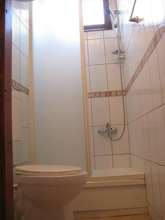 Hostel Magaza : Shared bathroom between 3 double rooms