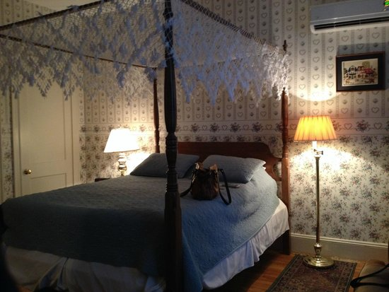 The Salem Inn: Queen bed in the Whirlpool suite in the Captain West Housoe