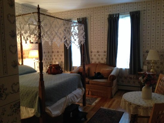 The Salem Inn: Bed and seating in the Whirlpool Suite in the Captain West House