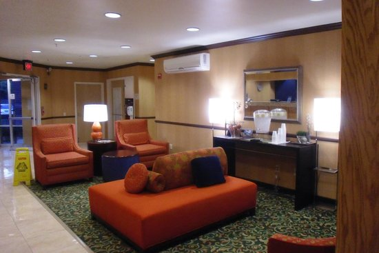 Fairfield Inn & Suites Dallas North by the Galleria : Lobby of the hotel, Ice water available